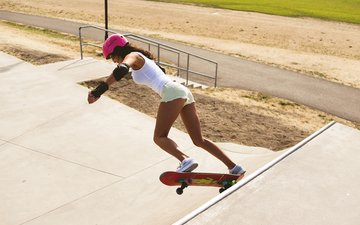девушка, скейт, шлем, ножки, спорт, фигура, кроссовки, скейтборд, джинсовые шорты
