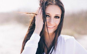 девушка, улыбка, брюнетка, взгляд, волосы, лицо, рубашка, кареглазая