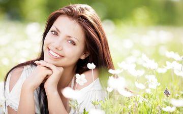 цветы, трава, девушка, улыбка, брюнетка, лето, лежит, луг, волосы