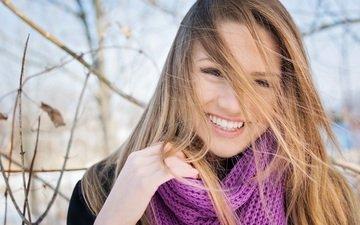 девушка, улыбка, взгляд, осень, волосы, лицо, шарф
