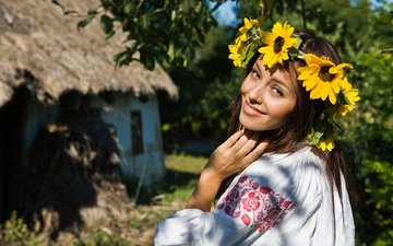 глаза, цветы, улыбка, взгляд, волосы, венок, шатенка, украинка, хата, вышиванка