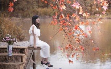 озеро, берег, листья, улыбка, осень, сидит, азиатка, белое платье, мостки, мостки.