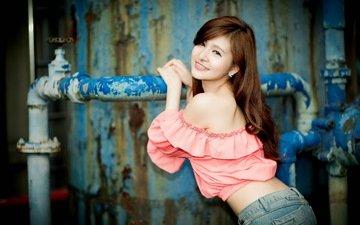 девушка, настроение, улыбка, взгляд, руки, труба, азиатка