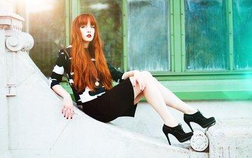 девушка, фон, взгляд, рыжая, ножки, волосы, лицо, каблуки