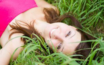 трава, девушка, настроение, улыбка, портрет, модель, волосы, лицо, лежа