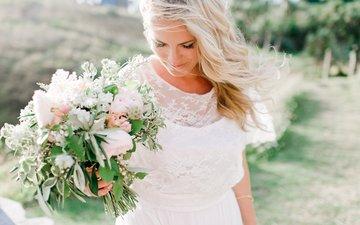 девушка, блондинка, улыбка, ветер, белое платье, невеста, свадебный букет