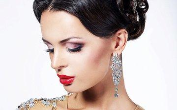девушка, портрет, брюнетка, модель, губы, лицо, белый фон, макияж, прическа, помада, сёрьги