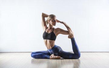 девушка, блондинка, модель, фитнес, йога, на полу, босиком, спортивный бюстгальтер