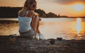 озеро, берег, закат, блондинка, очки, модель, телефон, фотосессия, сидя, джинсовые шорты