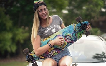 девушка, машина, улыбка, скейт, сидит, спорт, капот, скейтборд