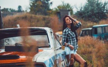 девушка, поза, взгляд, волосы, лицо, автомобиль, рубашка, длинные волосы, martin brest, джинсовые шорты