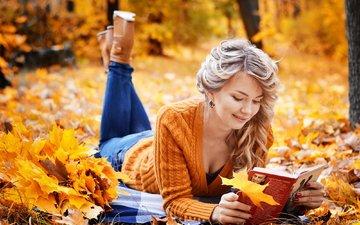 листья, девушка, листва, взгляд, осень, модель, джинсы, волосы, лицо, книга, чтение