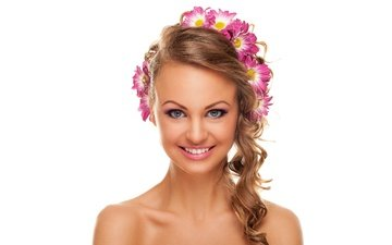 цветы, девушка, улыбка, портрет, лицо, белый фон, макияж, прическа, хризантемы, шатенка