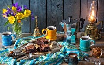 цветы, кофе, лампа, маки, кружки, букет, васильки, сливки, натюрморт, пирожное, ложки, кофейник