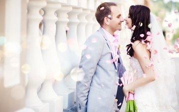 девушка, платье, лепестки, радость, букет, мужчина, жених, свадьба, невеста