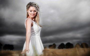 девушка, платье, улыбка, поле, колоски, волосы, лицо, белое платье