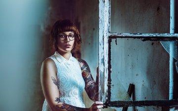 девушка, портрет, взгляд, очки, татуировки, волосы, лицо, окно