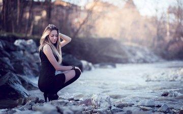 небо, вода, река, природа, камни, девушка, блондинка, рыжая, модель, черное платье, голубоглазая, alessia