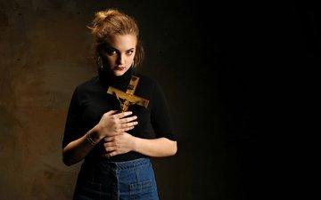 девушка, фон, взгляд, модель, руки, крест