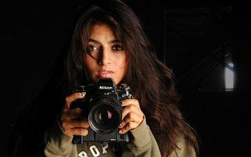 девушка, взгляд, волосы, черный фон, лицо, камера, никон, лаура, nikon f3