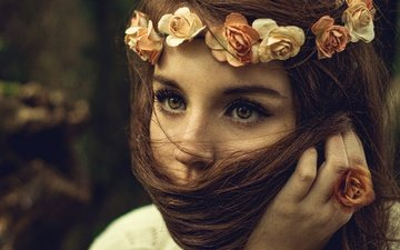 глаза, цветы, природа, рука, девушка, настроение, фон, портрет, взгляд, волосы, лицо, милая, венок, веснушки, шатенка, розочки, длинноволосая