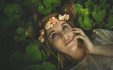 глаза, цветы, природа, рука, листья, девушка, настроение, портрет, взгляд, лежит, лицо, милая, венок, веснушки, шатенка, розочки, длинноволосая