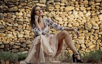 камни, девушка, платье, взгляд, стена, модель, ножки, волосы, лицо, laura molina