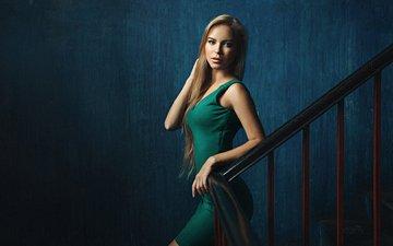 лестница, девушка, блондинка, взгляд, перила, лицо, синий фон, зеленое платье, георгий чернядьев, вика