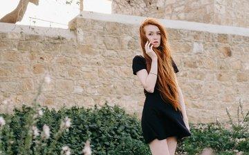 девушка, платье, лето, рыжая, модель, ножки, волосы, лицо, ветер, черное платье
