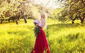 девушка, платье, блондинка, улыбка, розы, взгляд, волосы, букет, лицо