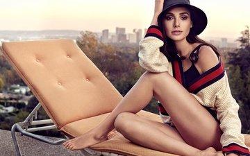поза, вид, модель, ножки, актриса, кофта, макияж, лежак, шляпа, галь гадот