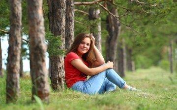 природа, лес, девушка, улыбка, взгляд, джинсы, сосны, волосы, лицо