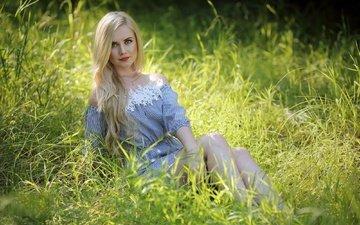 трава, девушка, блондинка, улыбка, лето, модель, ножки, губы, murat kuzhakhmetov