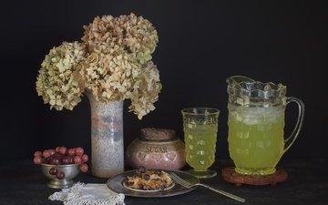 цветы, виноград, напиток, черный фон, букет, ваза, натюрморт, гортензия, лимонад
