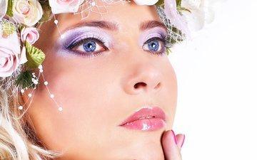 цветы, рука, девушка, портрет, взгляд, модель, волосы, губы, лицо, пальцы, голубые глаза, макияж, тени
