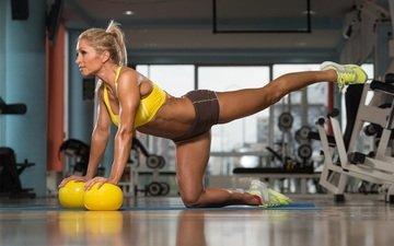 шары, девушка, поза, кроссовки, фитнес, мышцы, тренировка, тренажерный зал, спортивная форма