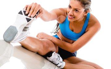 девушка, кроссовки, спортсменка, тренировка, тренажерный зал, спортивная форма, расстяжка