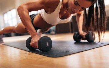 модель, спорт, фитнес, гантели, тренировка, упражнения, отжимания, спортивная форма