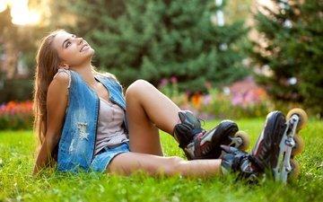 цветы, трава, деревья, девушка, улыбка, юбка, шорты, газон, шатенка, ролики, джинсовка
