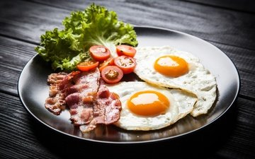 зелень, яйца, помидоры, яичница, бекон, деревянная поверхность