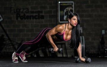 брюнетка, модель, спорт, фитнес, спортивная одежда, гантели, бодибилдинг, тренировка, отжимания