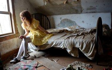 девушка, взгляд, модель, сидит, волосы, лицо, на кровати, фотосессия, сидя, желтое платье