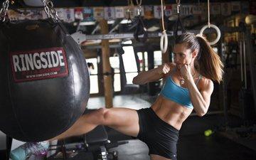 девушка, комната, спорт, груша, спортивная одежда, бодибилдинг, тренировки, кикбоксинг