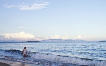 небо, облака, вода, девушка, настроение, море, пляж, птица, белое платье, стоит