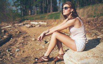 лес, девушка, поза, очки, сидит, камень, ножки, волосы