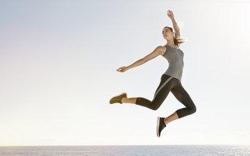 девушка, фон, море, прыжок, спортивная одежда