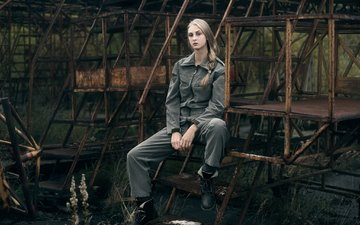 девушка, взгляд, сидит, волосы, лицо, железо, комбинезон, елена, tatiana mercalova