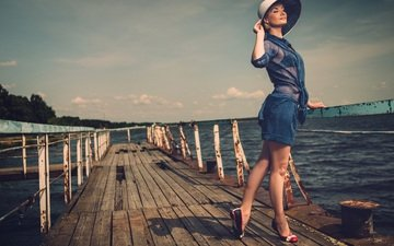 река, девушка, улыбка, причал, перила, шляпка