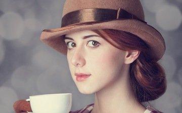 девушка, взгляд, чашка, прическа, шляпа, шатенка, элегантность, кареглазая