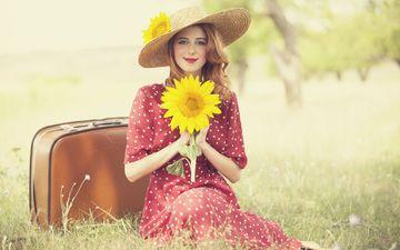 природа, девушка, платье, поза, улыбка, взгляд, рыжая, подсолнух, руки, шляпа, чемодан